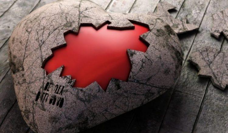 Corazón de piedra a pequeños cachos