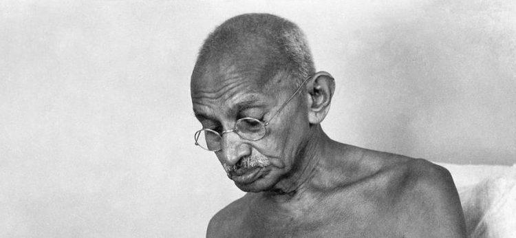 Gandhi meditando