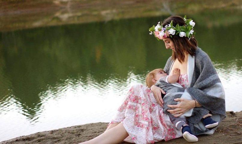 Madre dando pecho a su bebé