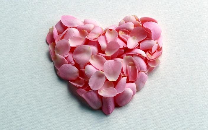 Corazón hecho con pétalos de rosa