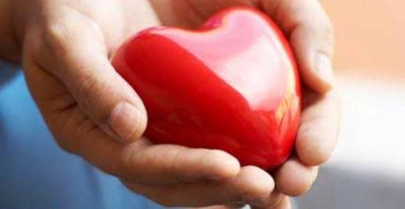 Ofrecer corazón entre las manos