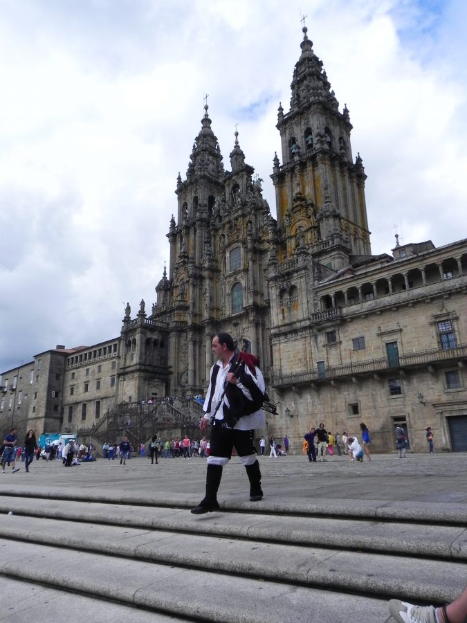 Gaiteiro delante de la Catedral de Santiago