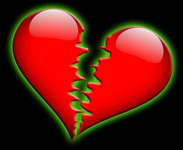 Corazón roto con fondo negro